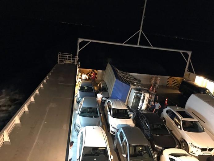 Arabalı vapurdaki kamyon araçların üzerine devrildi