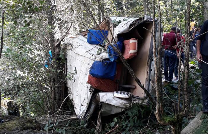 Minibüs uçuruma yuvarlandı: 5 ölü, 11 yaralı