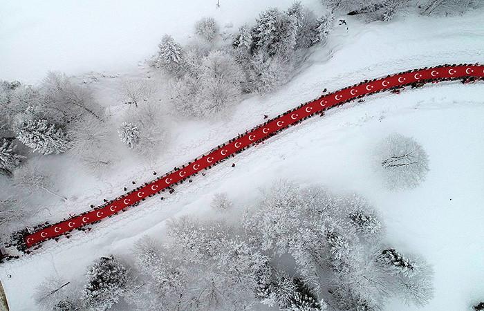 On binlerce kişi şehitler için yürüdü