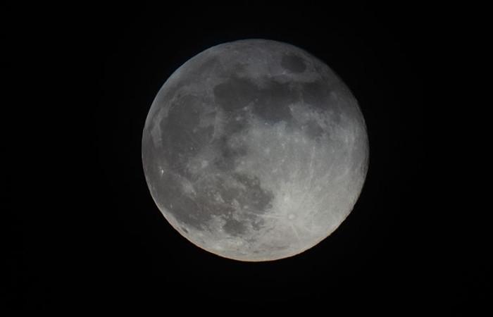 NASA: Ay'ın yüzeyinde su bulundu