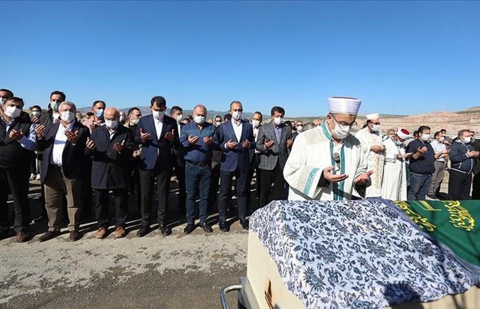 İzmir'deki depremde hayatını kaybedenler son yolculuğuna uğurlanıyor