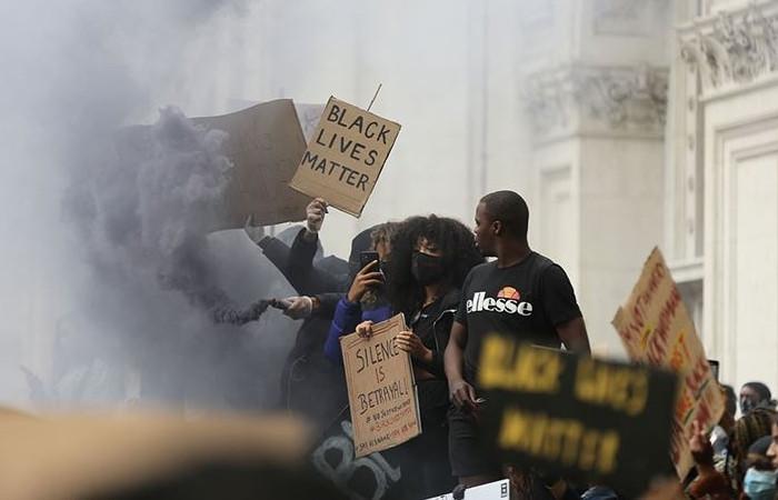 İngiltere'de göstericiler köle tacirinin heykelini yıktı